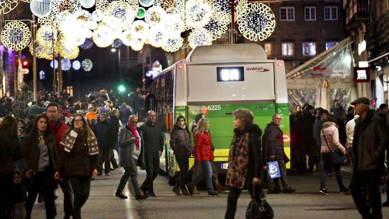 Tráfico cortado en el centro de Vigo por las luces de Navidad, los únicos con paso habilitado eran los Vitrasa