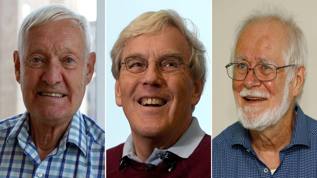 Los tres físicos reconocidos este año con el Premio Princesa de Asturias de Investigación Científica y Técnica Kip, Thorne (2d), Rainer Weiss (2i) y Barry C. Barish (i), y Laura Cadonati (d), representante de la Colaboración Científica LIGO, (siglas en inglés del Laboratorio de Ondas Gravitacionales), durante la rueda de prensa que ofrecieron hoy en Oviedo.