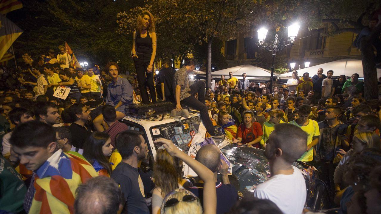 Manifestantes sobre un coche de la Guardia Civil el 20 de septiembre del 2017, en Barcelona