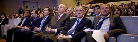 Y Novagalicia se convirtió en Abanca.Antonio Carrascosa, director general del FROB, a la izquierda, tras firmar la venta ante Javier Etcheverría, Escotet y Francisco Botas.