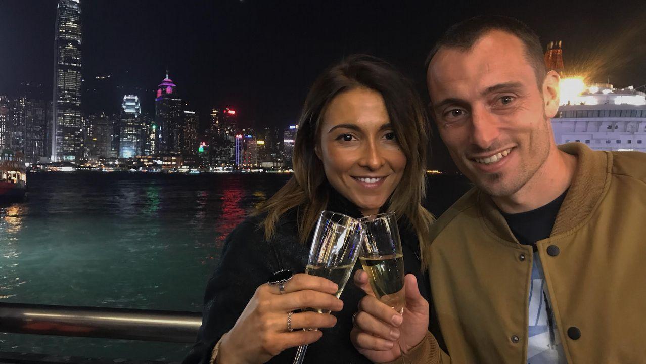 El futbolista Dani Cancela, junto a su esposa María, en  Hong Kong
