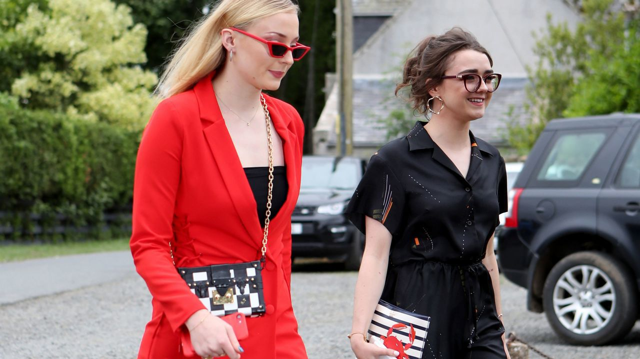 Sophie Turner y Maisie Williams, llegando a la celebración.