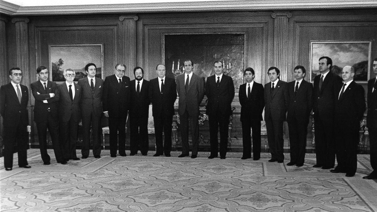 .Los miembros de la primera Xunta de Galicia con Gerardo Fernández Albor al frente, son recibidos en la Audiencia por el rey Juan Carlos en el palacio de la Zarzuela.
