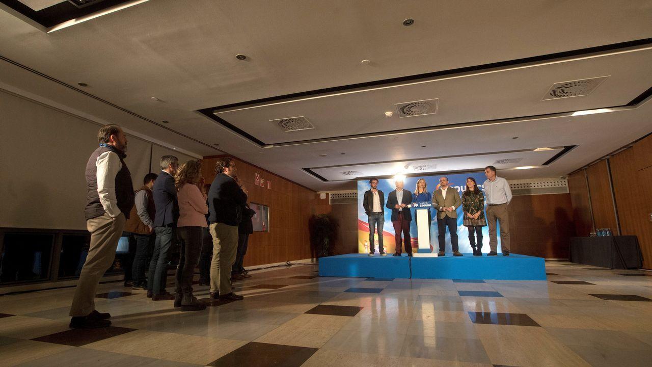 Los candidatos populares (i-d) Juan Milián, Daniel Serrano, Cayetana Álvarez de Toledo, Alejandro Fernández, Irene Pardo y Joan López, comparecen tras conocer los resultados electorales, hoy domingo en la sede del PP en Barcelona