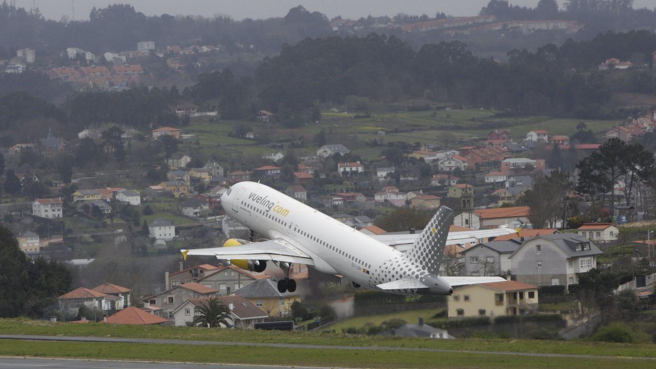 Avión de Vueling despegando de la pista de Alvedro
