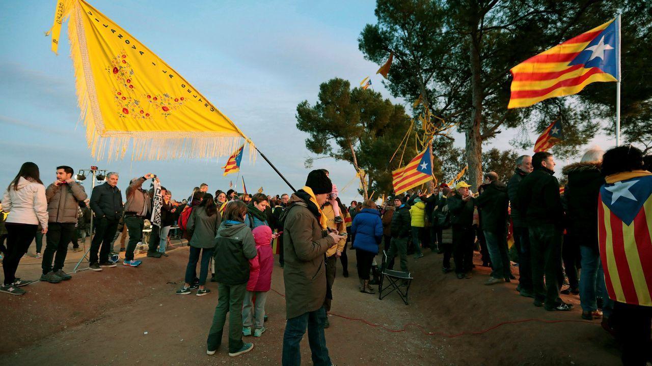 | EFE.Centenares de personas participaron en la concentración y caminata alrededor de la prisión de Lledoners