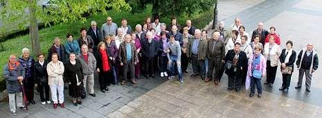 Medio centenar de vecinos de Coristanco disfrutaron ayer de una excursión por el norte de Portugal organizada por el Concello.