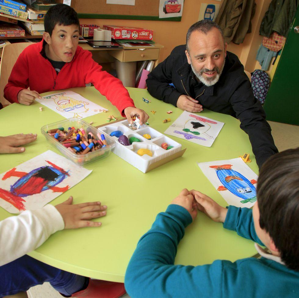 Javier Gutiérrez visitó ayer a los alumnos de Aspanaes.