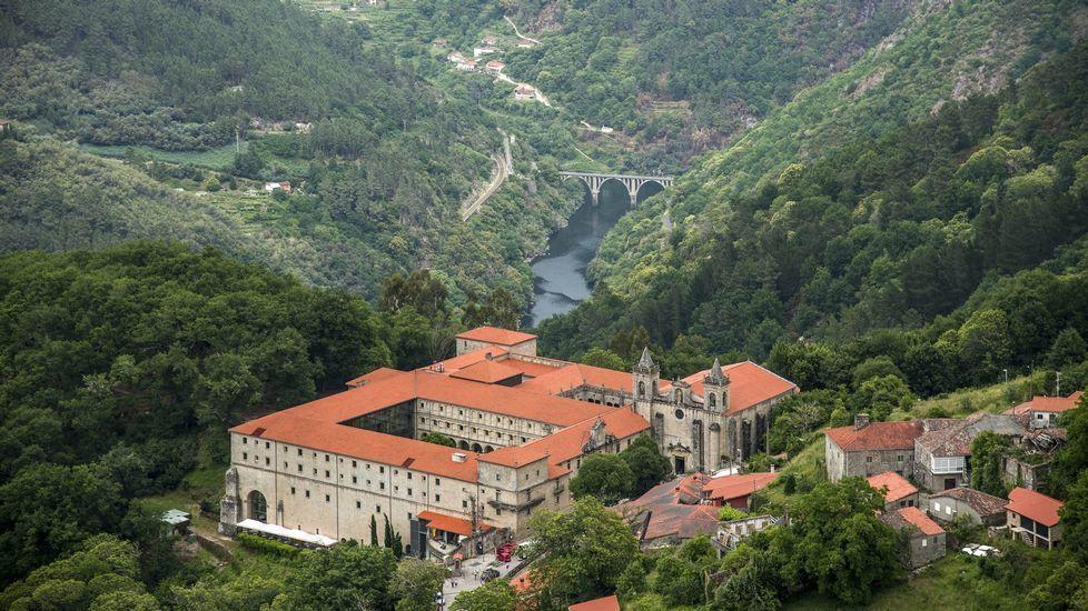El atractivo de las Montañasde O Courel, el primer geoparque de la Unesco en Galicia.Vista general de la aldea de Bendollo, con la iglesia en la parte alta del pueblo