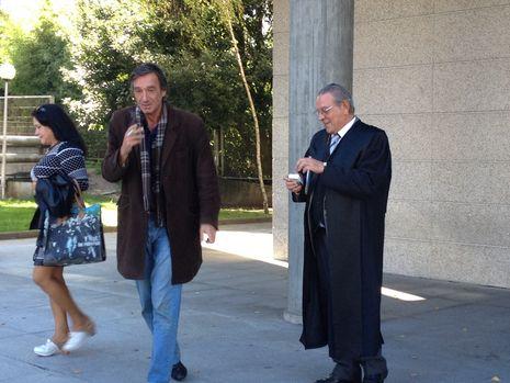 Las polémicas palabras de Rafael Hernando.El abogado Gustavo García ( con abrigo), tras salir libre con cargos por robo en dos coches el pasado lunes
