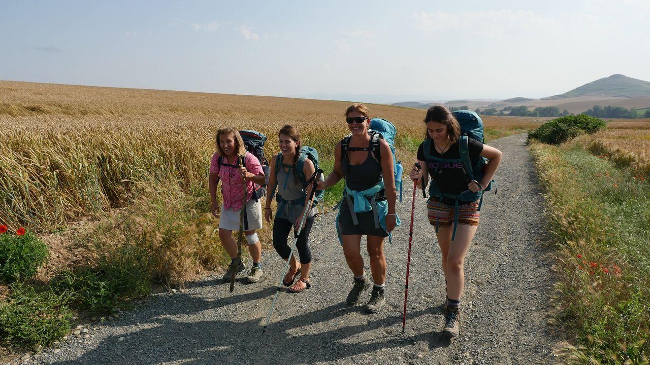.Un grupo de peregrinas a punto de entrar en Castilla