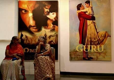 «The Way», con Martin Sheen (izquierda), y una exposición sobre películas y actores más emblemáticos de Bollywood.