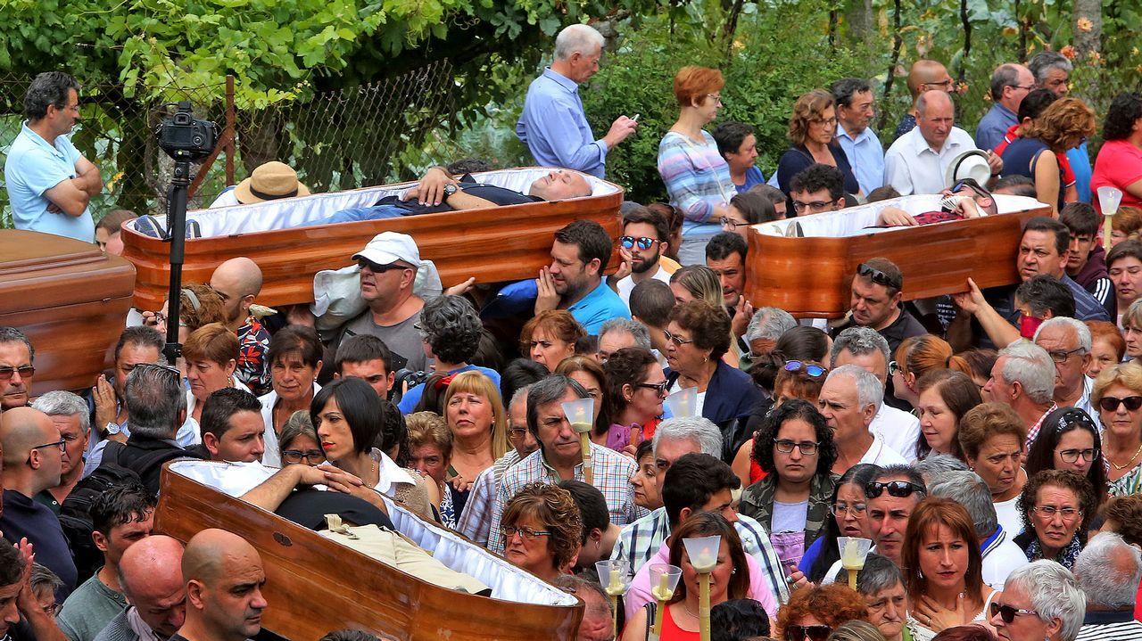 .El campo de la iglesia quedó atestado de miles de curiosos y feligreses