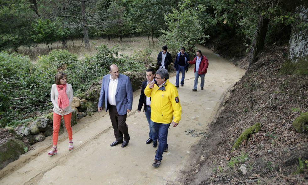.Nava Castro (a la izquierda) recorrió un tramo de la Vía da Prata con varios políticos de la zona.