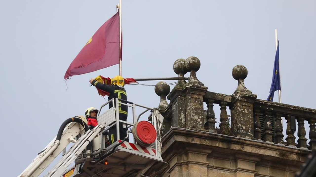 En Santiago, los bomberos tuvieron que retirar la bandera del rectorado que amenazaba con caer al suelo