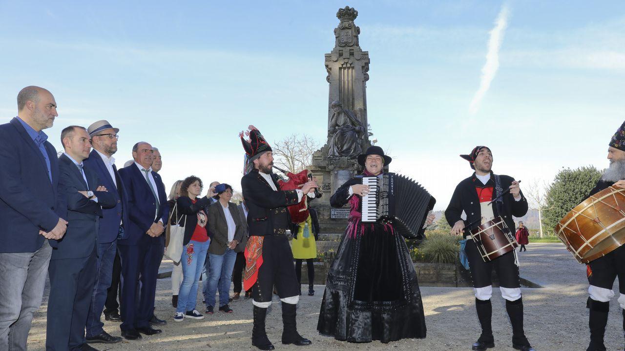 <span lang= gl >Así celebra Compostela o aniversario de Rosalía de Castro</span>.MJ Pérez, nun concerto en Carballo