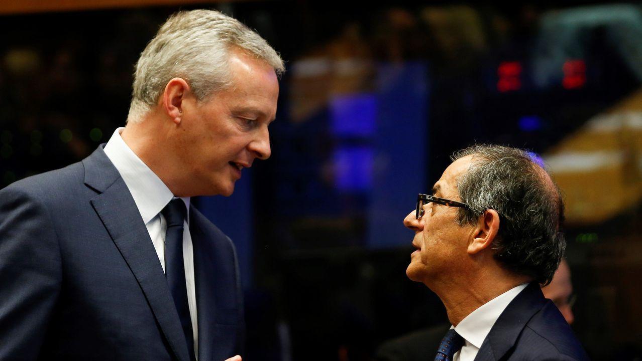 El ministro galo, a la izquierda, discute con el italiano