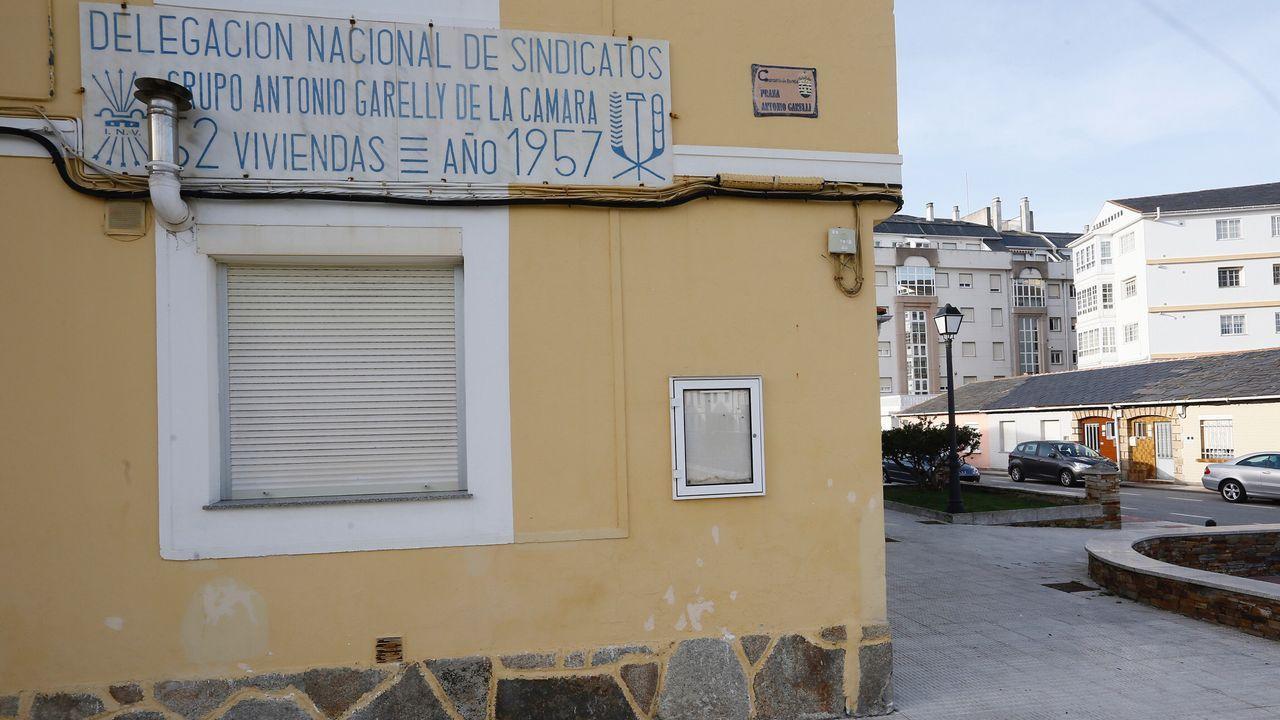 El Río Uso permanece varado desde hace unos tres años en el puerto de Ribadeo