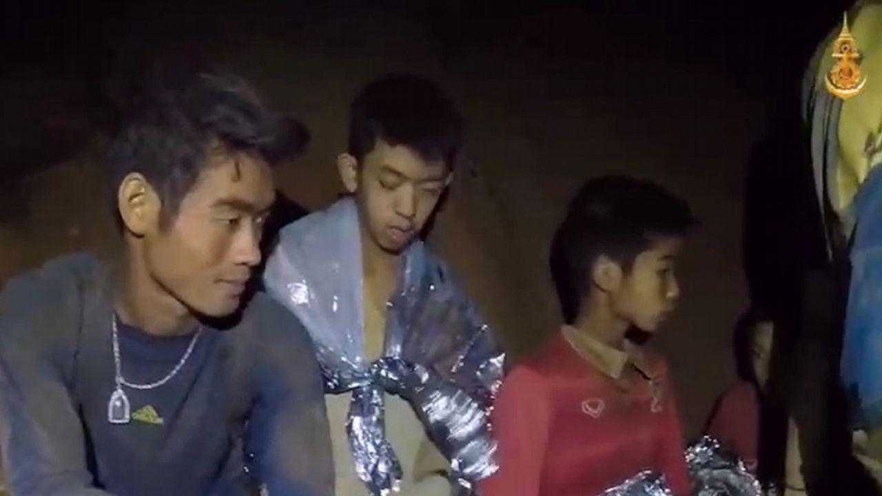 Angustia en Tailandia por cómo sacar de la cueva inundada a los doce niños y su entrenador.Eddie Vedder, vocalista del grupo Pearl Jam, en concierto en el festival I-Days 2018, en Italia