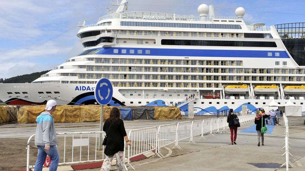.Un grupo de cruceristas retornando al buque amarrado en Ferrol