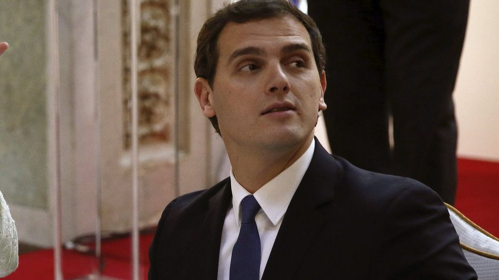 Rajoy insiste en que el PP fue el partido más votado el 24M.Castiñeira dijo que su palabra es un contrato y escenificó la firma de su decálogo de propuestas.