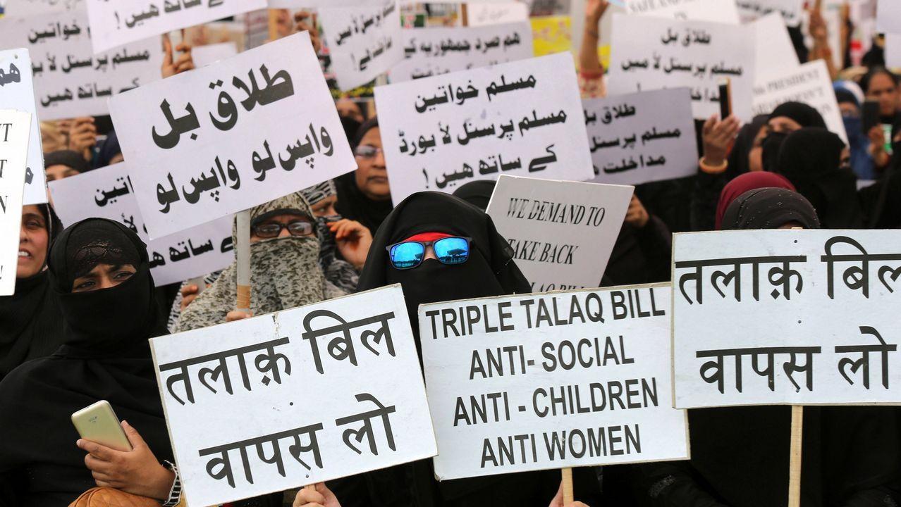 Varias mujeres musulmanas indias sostienen pancartas contra la ley que prohíbe una modalidad de divorcio en Nueva Delhi