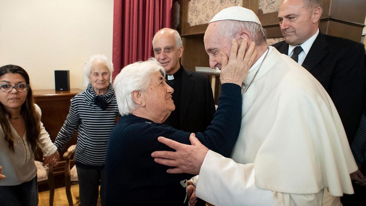 El Papa Francisco saluda a una mujer durante su visita al centro para personas con alzhéimer  Villaggio Emanuele el pasdo viernes