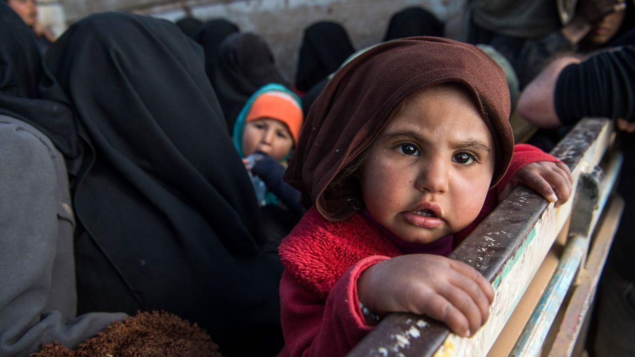 La PAH paraliza un desahucio en Oviedo.Mujeres y niños son evacuados en un camión de Baghuz, el último reducto del Estado Islámico