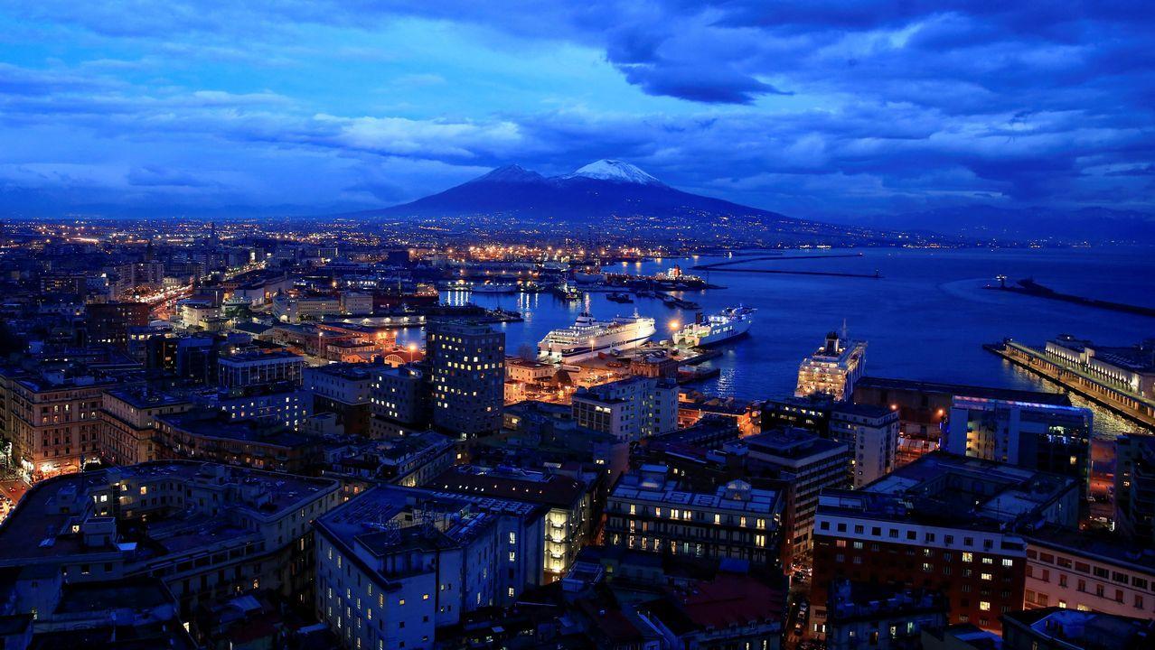 El monte Vesubio cubierto de nieve en Nápoles