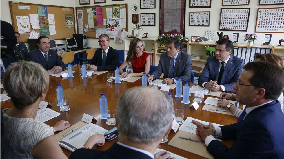 La reina saluda al presidente del Principado, Javier Fernández, en medio de una gran expectación.La reina Letizia y el presidente del Principado