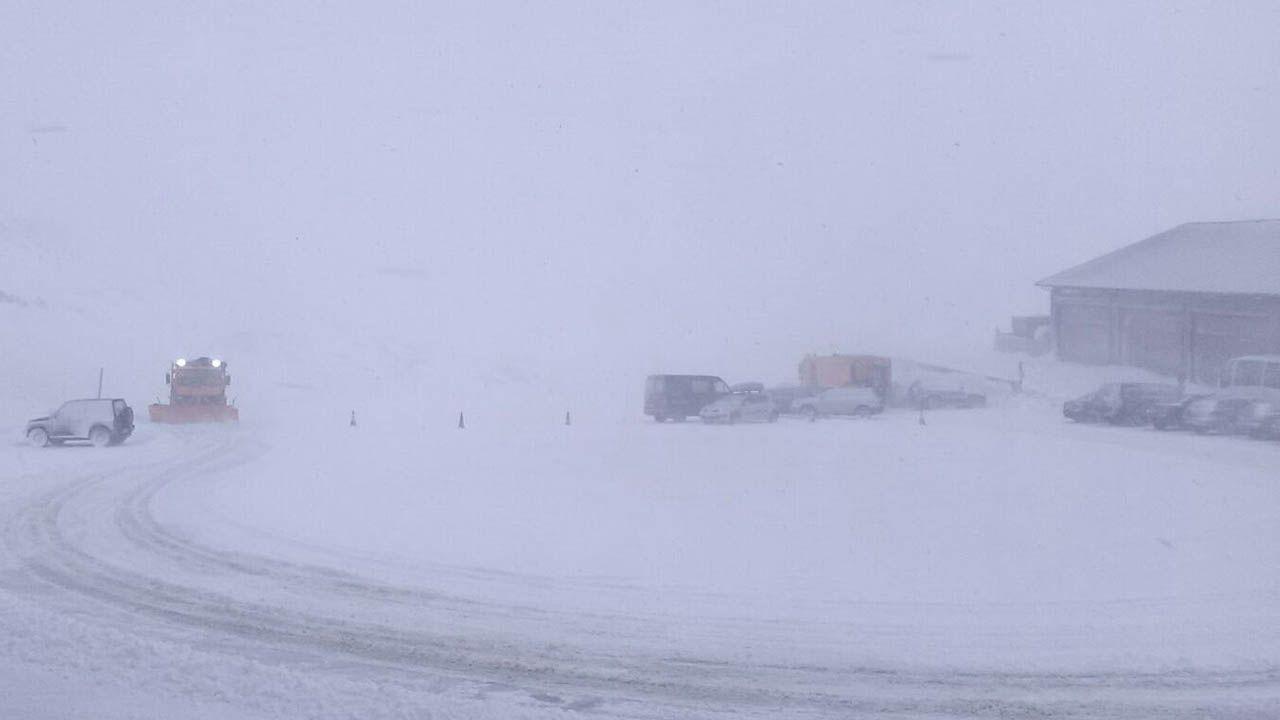 La nieve cubre de blanco A Mariña.Una máquina quitanieves abre la carretera de acceso al puerto de San Isidro