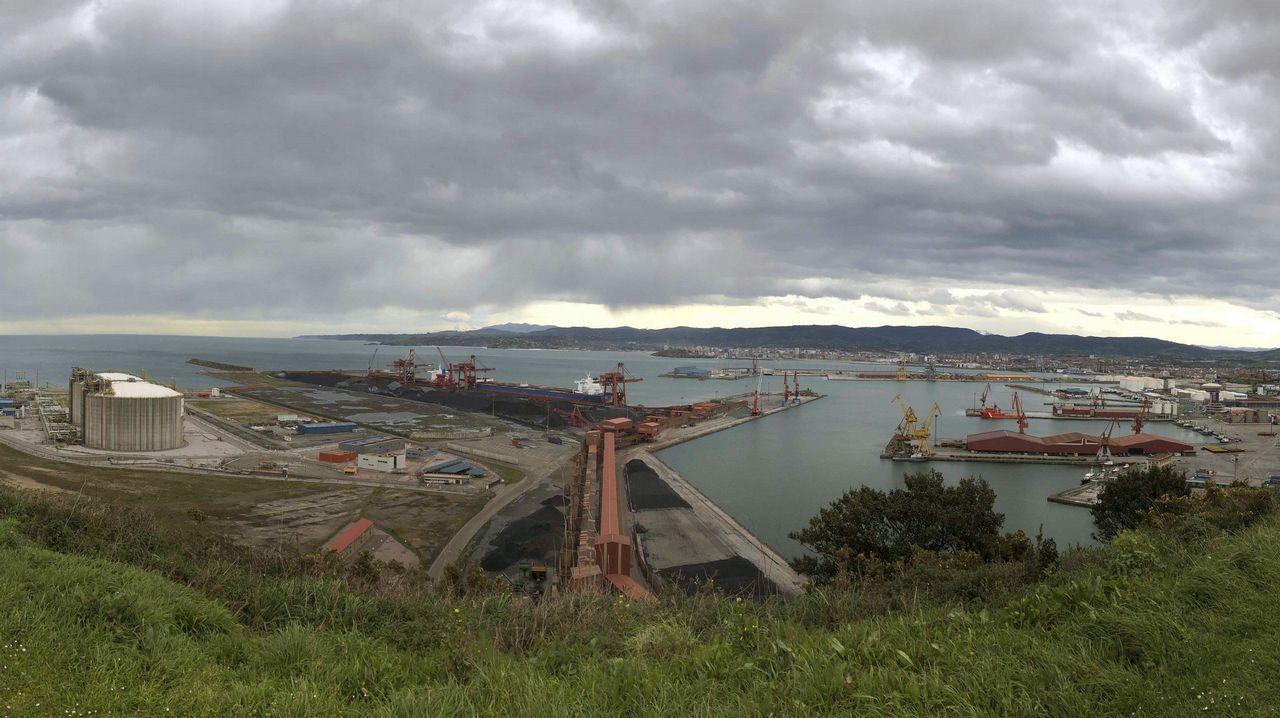 Vista aérea de La Providencia, enla costa de Gijón.Panorámica tomada desde la Campa de Torres del puerto de El Musel de Gijón