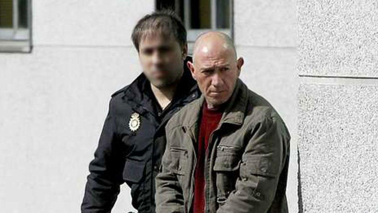 Un grupo de pasajeros consulta los vuelos en el Aeropuerto de Asturias.El violador del estilete, trasladado ante la jueza que instruye el caso