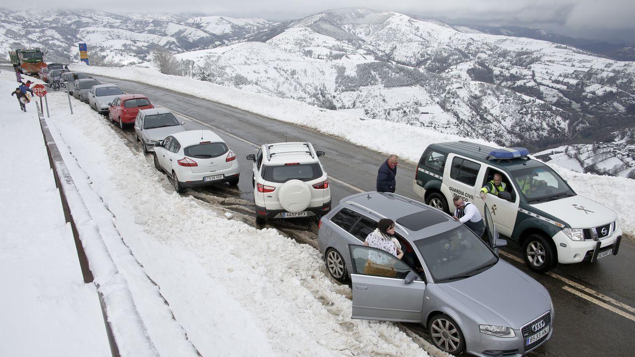 La nieve complica el tráfico en Lugo pero hace las delicias de los visitantes.Imagen de una de las cabañas construidas sin permiso del dueño