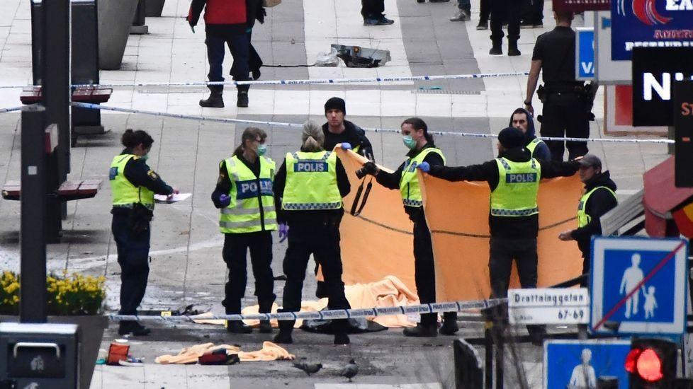 Un camión siembra el caos en el centro de Estocolmo.El portavoz Margaritis Shinas junto al presidente de la Comisión, Jean-Claude Juncker