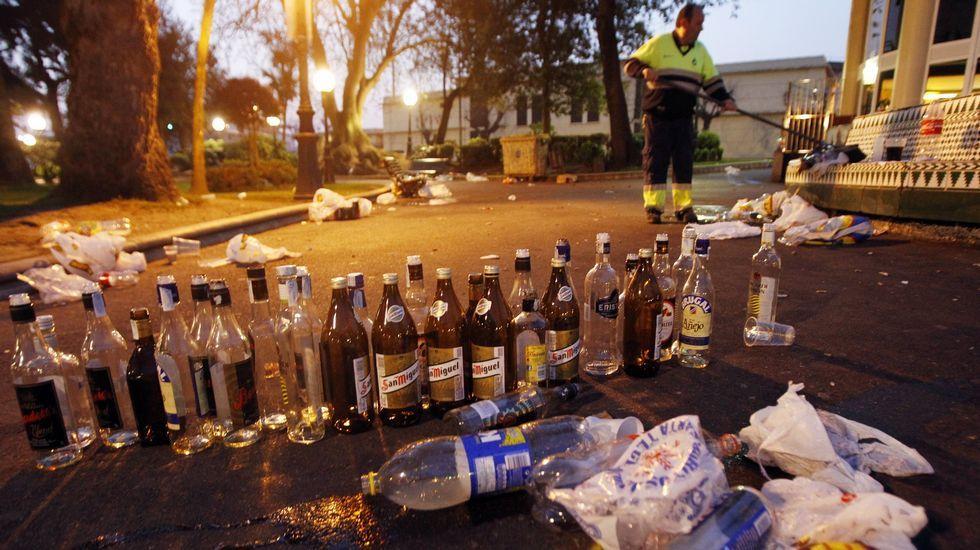 Oposiciones.Un trabajador recogiendo la basura generada en el botellón