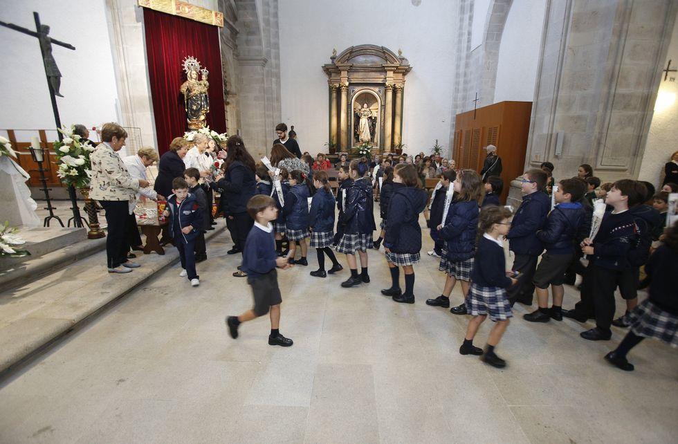 Durante la mañana, alumnos de Dominicos realizaron una ofrenda a la patrona.