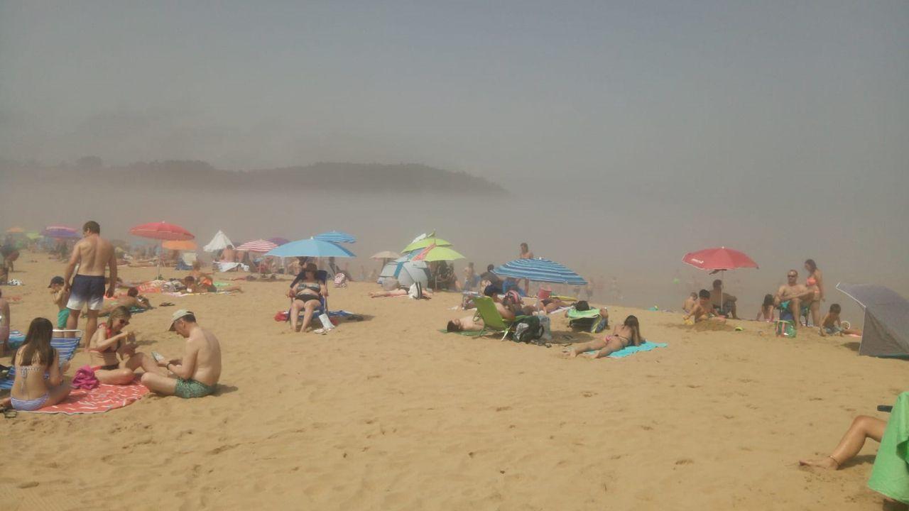 Playa de Rodiles este mediodía. /LUISA.F. MARTÍNEZ