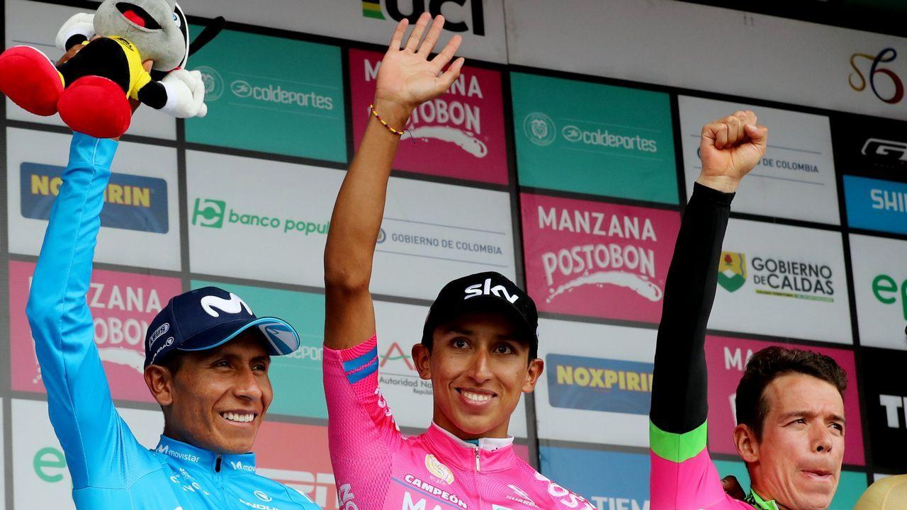 . Fotografía de archivo del 11 de febrero de 2018 del ciclista colombiano del equipo Sky, Egan Bernal (c), celebra luego de coronarse campeón de la carrera Colombia Oro y Paz junto a los ganadores del segundo y el tercer puesto Nairo Quintana de Movistar (i) y Rigoberto Urán