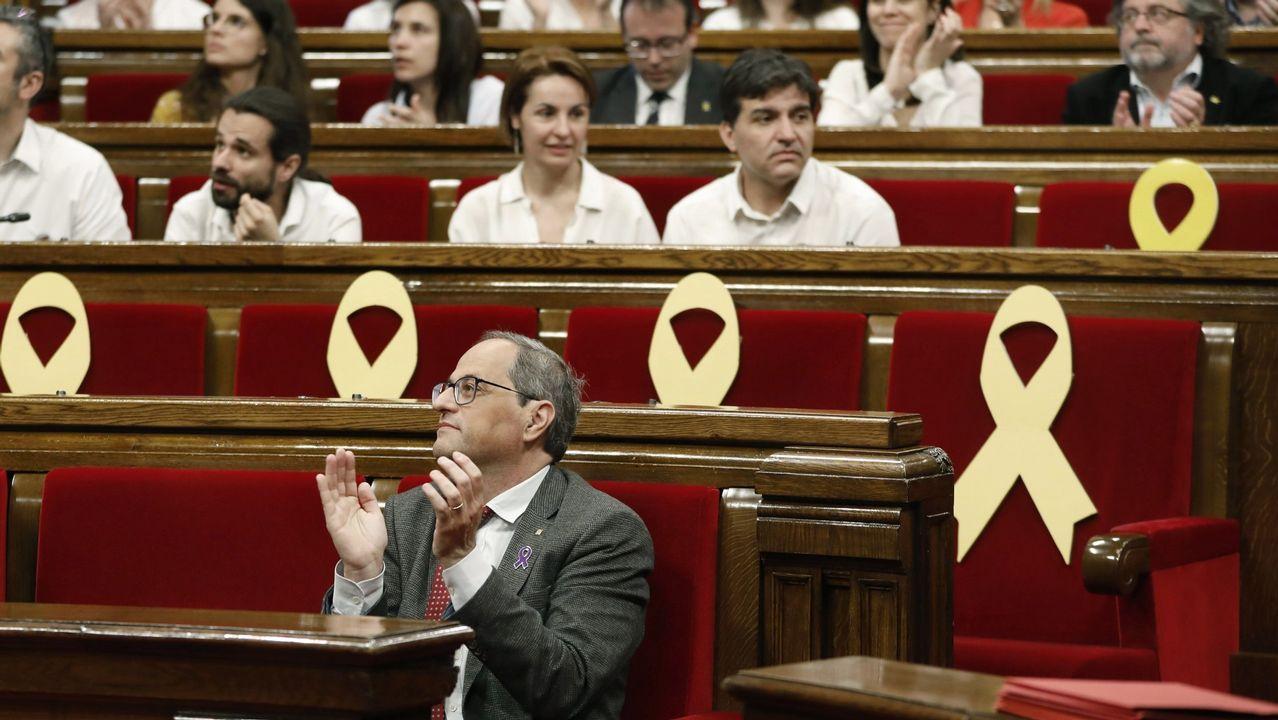 Un comando antilazos descuelga un lazo amarillo del Ayuntamiento de Barcelona.La diputada por Cádiz de Podemos en el Congreso de los Diputados  y portavoz del grupo morado, Noelia Vera