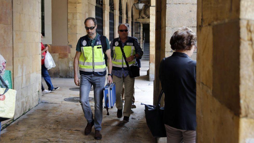 La autopista del Huerna.Agentes de la UDEF salen del Ayuntamiento de Oviedo
