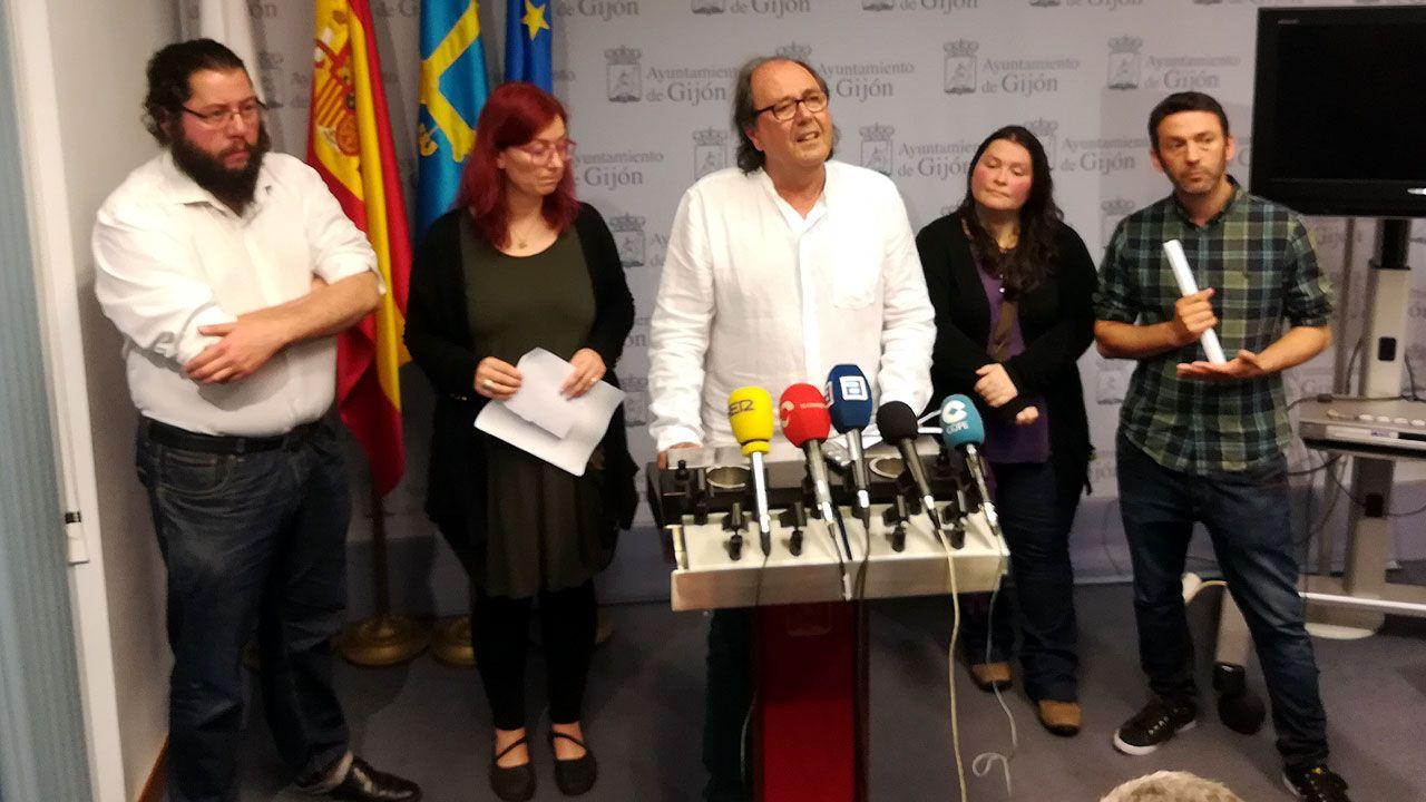 Mario Suárez del Fueyo, rodeado de algunos de los miembros del nuevo Consejo Ciudadano de Podemos Xixón