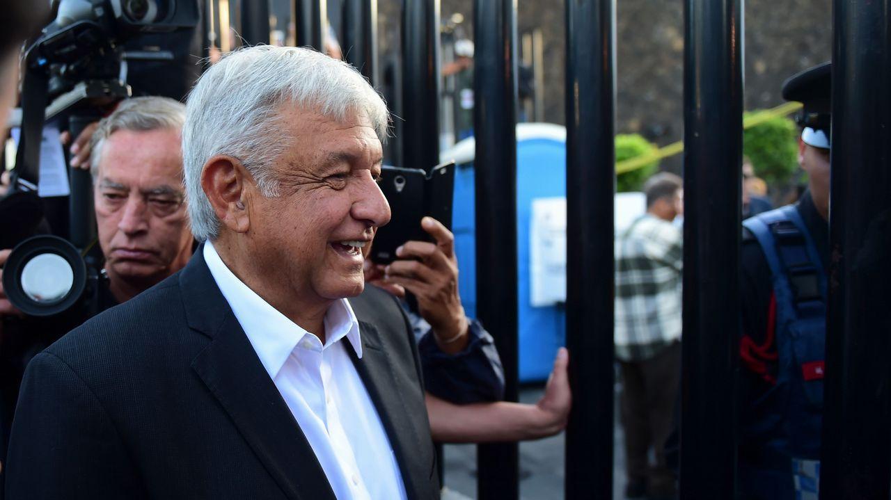 López Obrador llegó a votar en el sur de Ciudad de México rodeado de una nube de camaras y fotógrafos