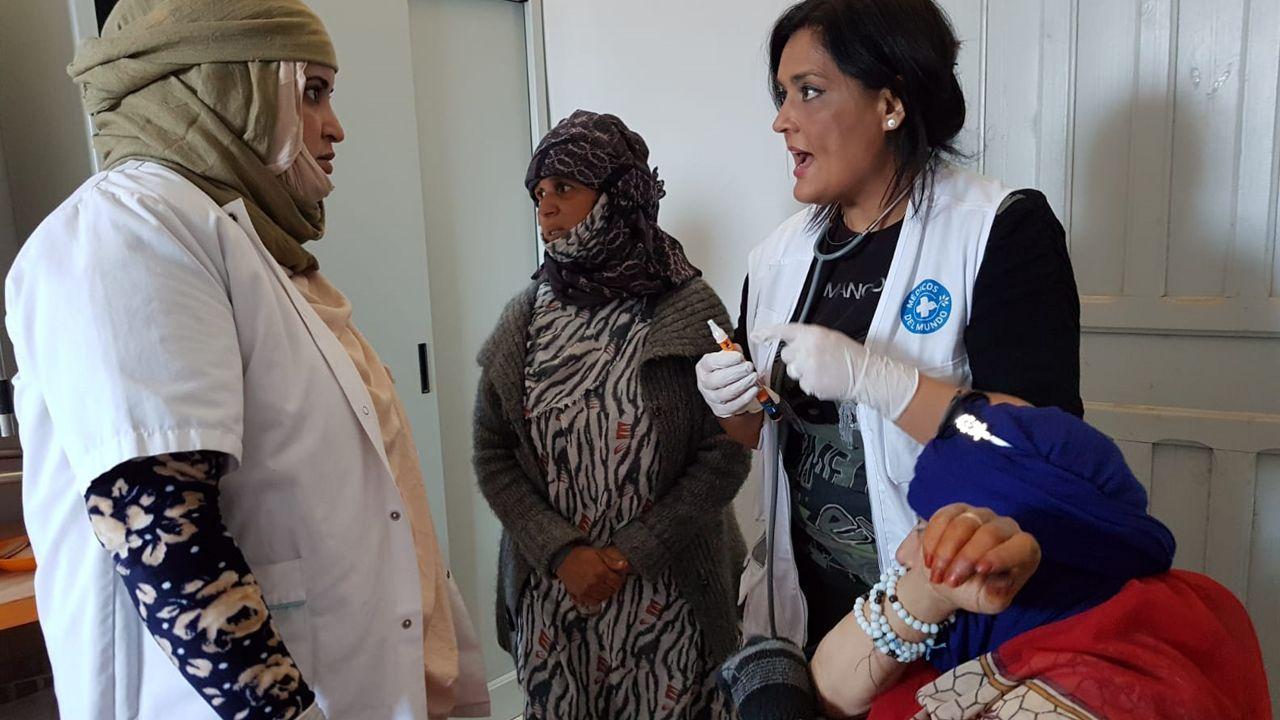Maisa Ordóñez habla con una cooperante mientras atiende a ua refugiada