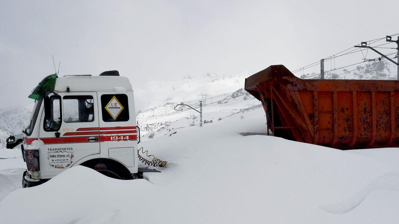 .El temporal de nieve y frío que ha azotado a casi toda la península en los últimos días ha impedido la circulación de trenes entre Asturias y León