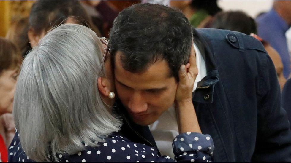 Nicolás Maduro canta «Que viva España».Guaidó abraza a su madre en la misa en honor a los muertos en las protestas en la iglesia San José de Chacao.