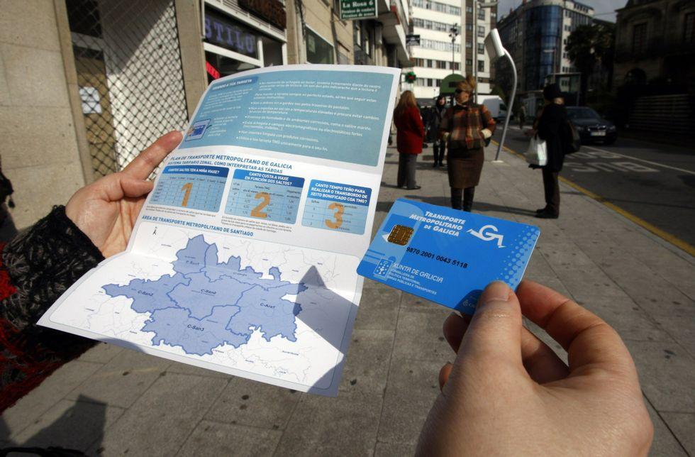 Masiva tractorada en Ordes.Un usuario do bus metropolitano coa tarxeta e a información da comarca de Compostela<span lang= es-es >. </span>