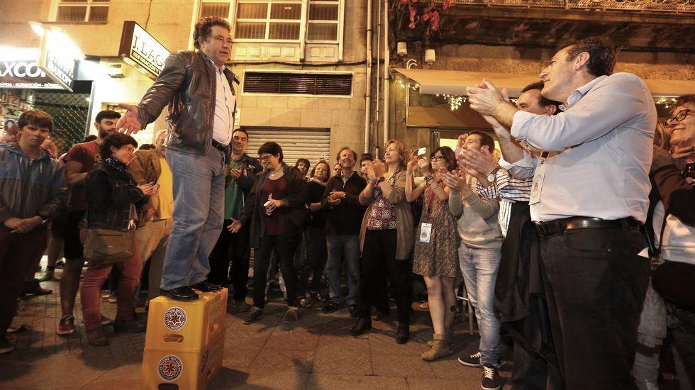 La noche electoral en Pontevedra.Imaxe dos participantes nas catas e a vivenda descuberta.