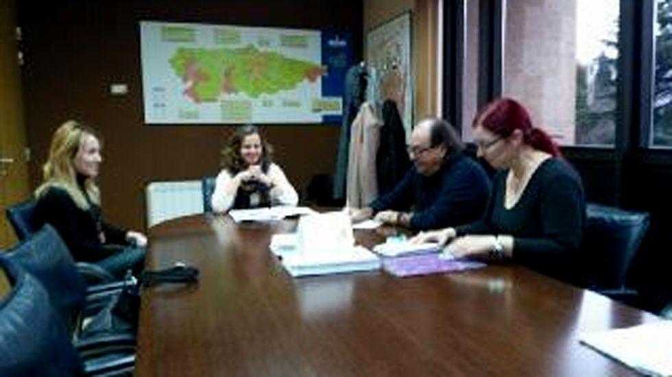Los representantes de Xixón Sí Puede y de la consejería, en un momento de la reunión