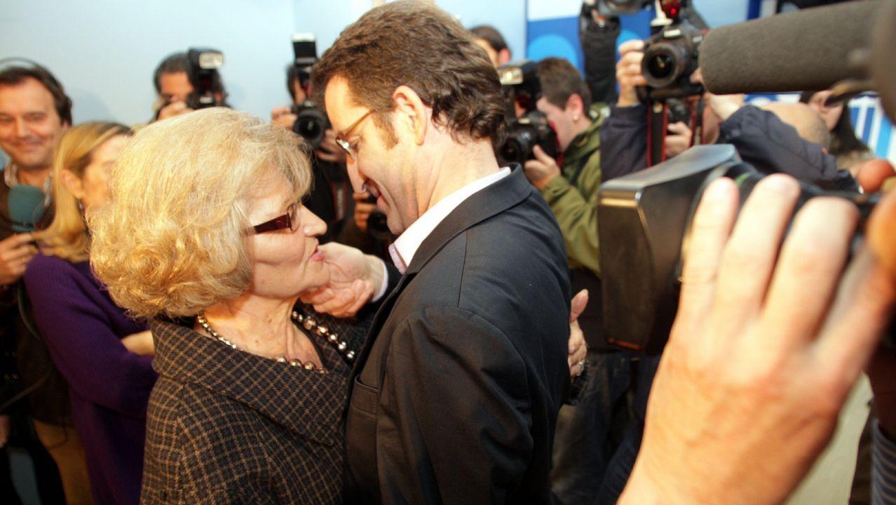Feijoo, junto a su madre en la noche electoral.